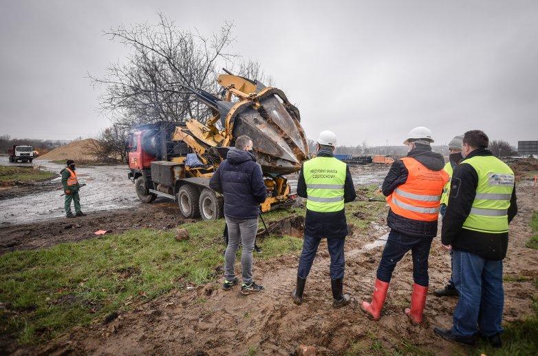 Maszyna do przesadzania drzew na placu budowy