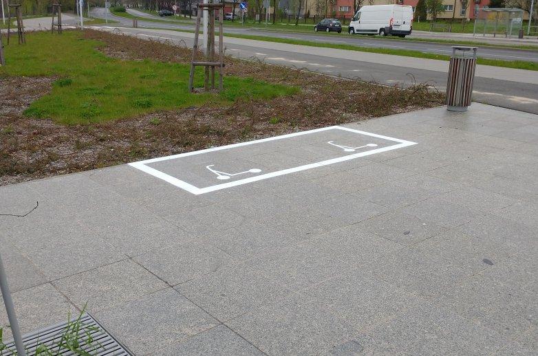 Oznakowanie poziome wskazujące miejsce dedykowane parkowaniu hulajnóg